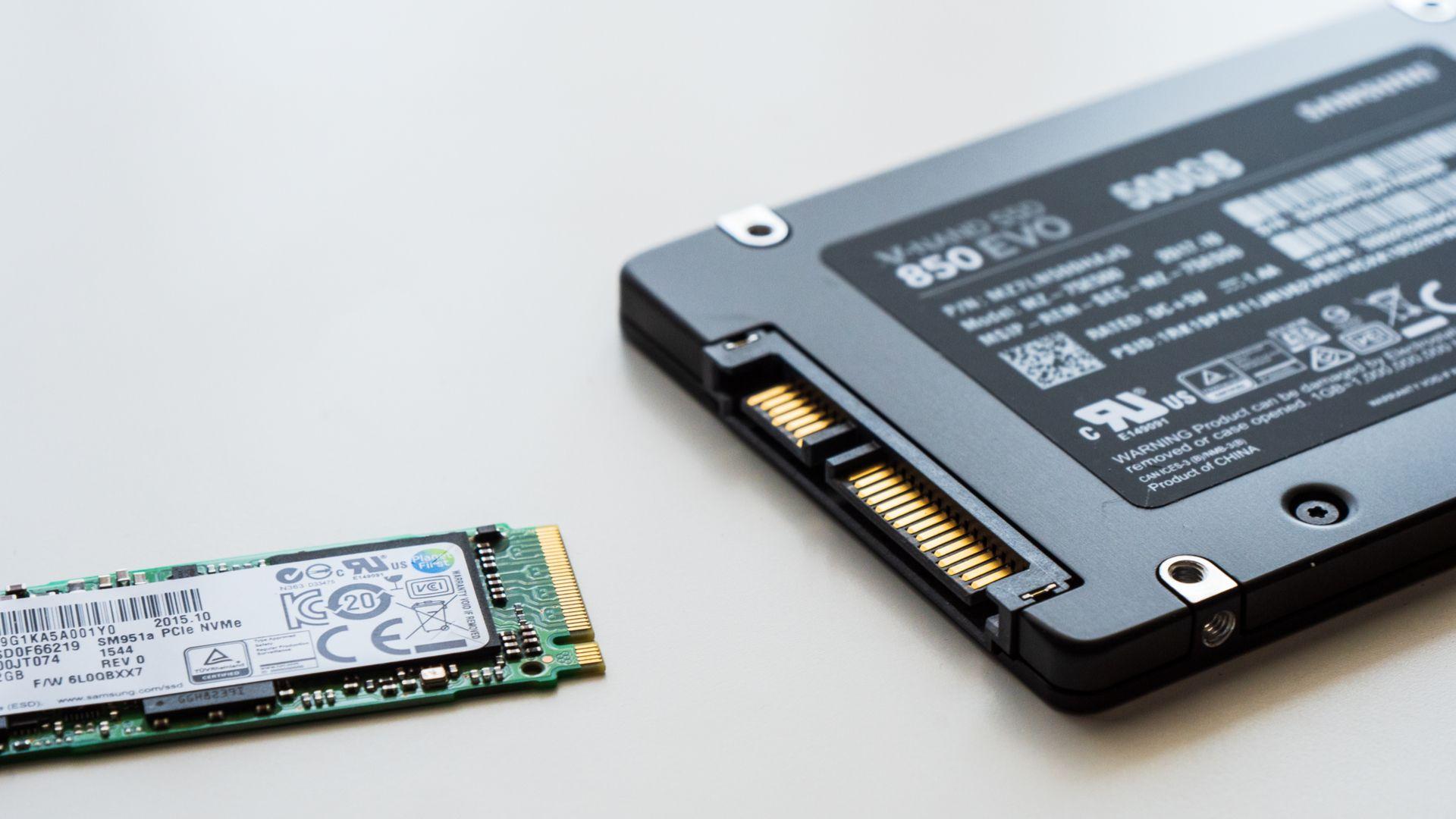 SSD M.2 (à esquerda) e SSD SATA (à direita). (Foto: Shutterstock/N. Miga)