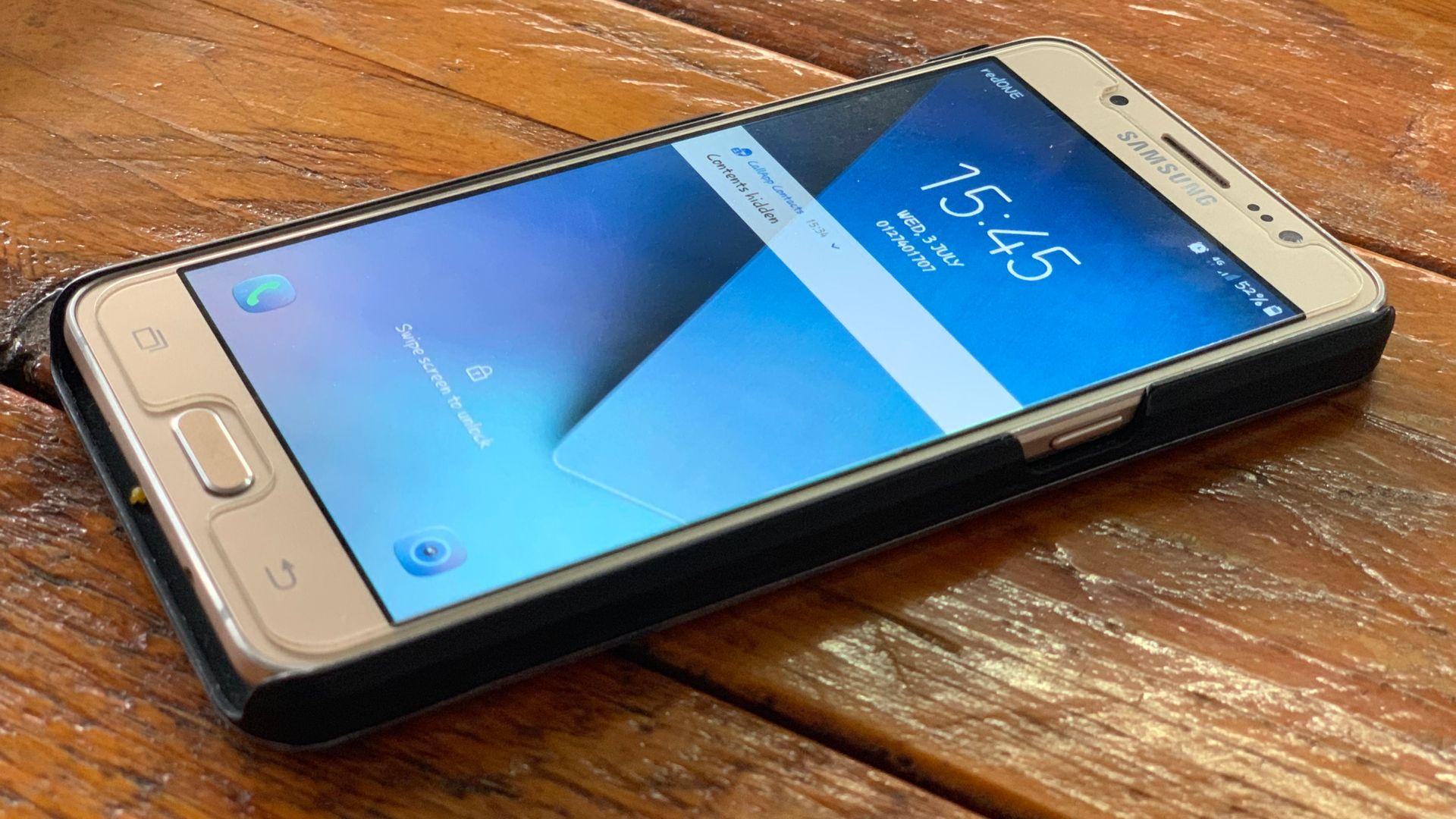 Galaxy J7 Prime foi lançado no Brasil em 2016, mas a linha foi descontinuada em 2019. (fn.artworks/Shutterstock)