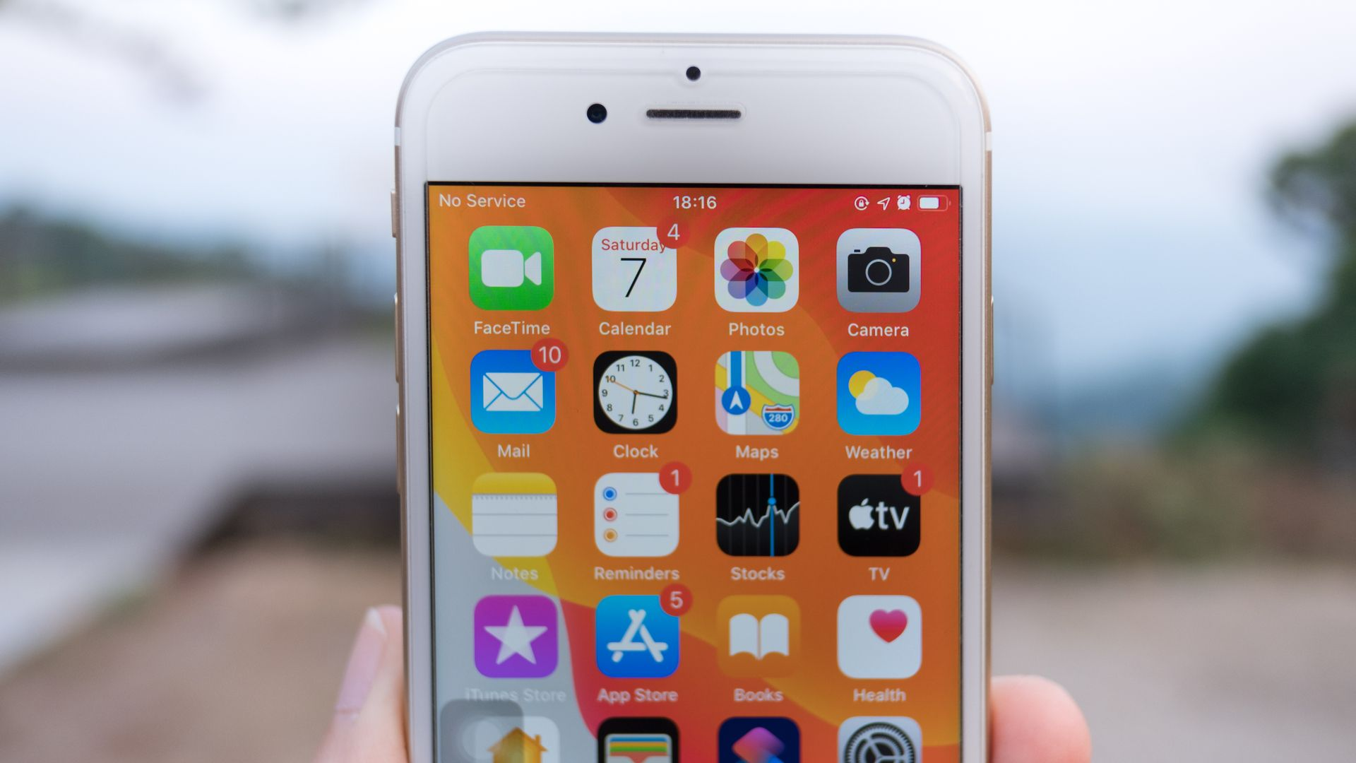 Tela do iPhone 6S tem bordas grossas para os padrões atuais. (Imagem: Thanida Siritan/Shutterstock)