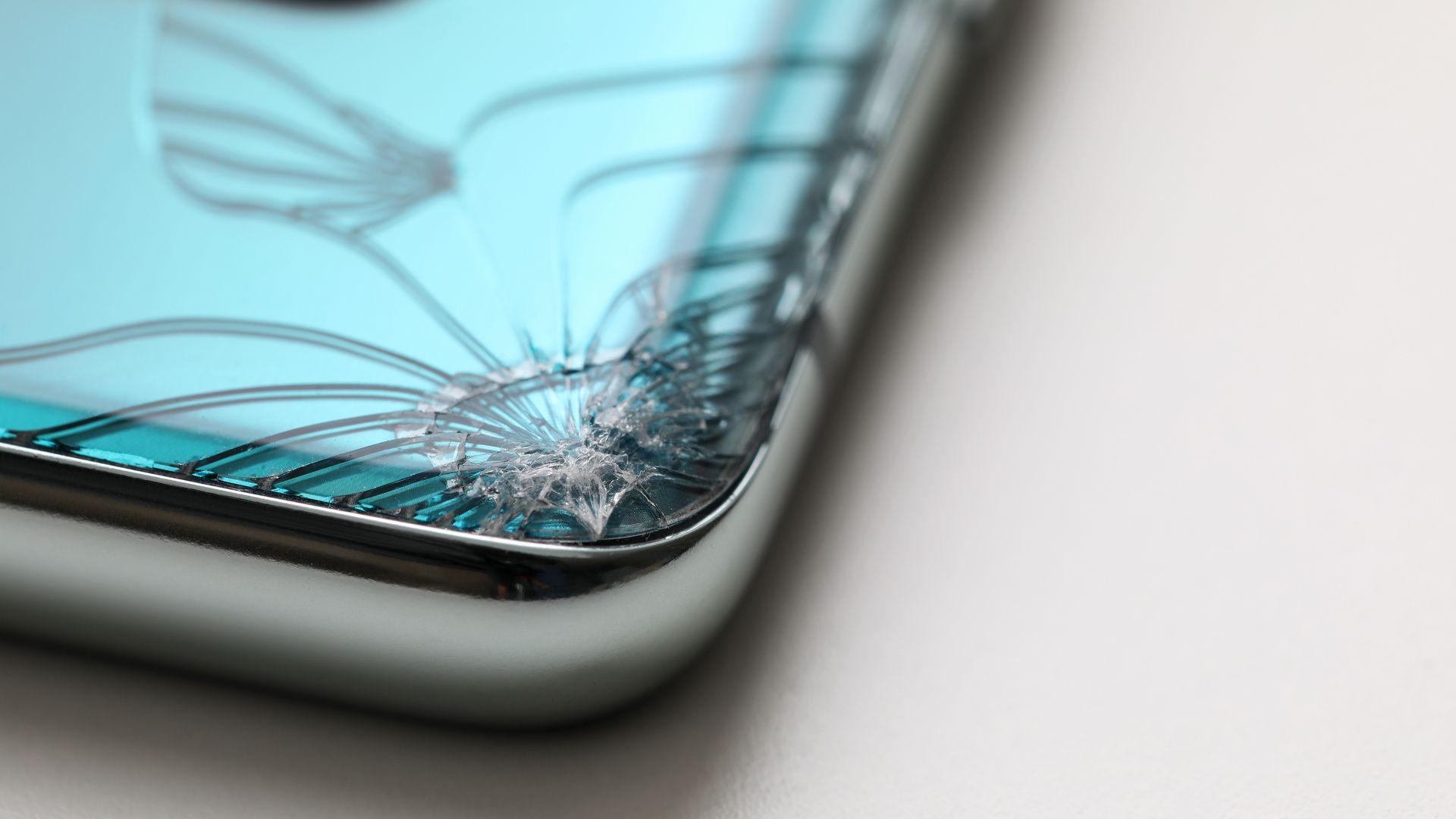 Celular com tela curva quebrada. (Imagem: megaflopp/Shutterstock)