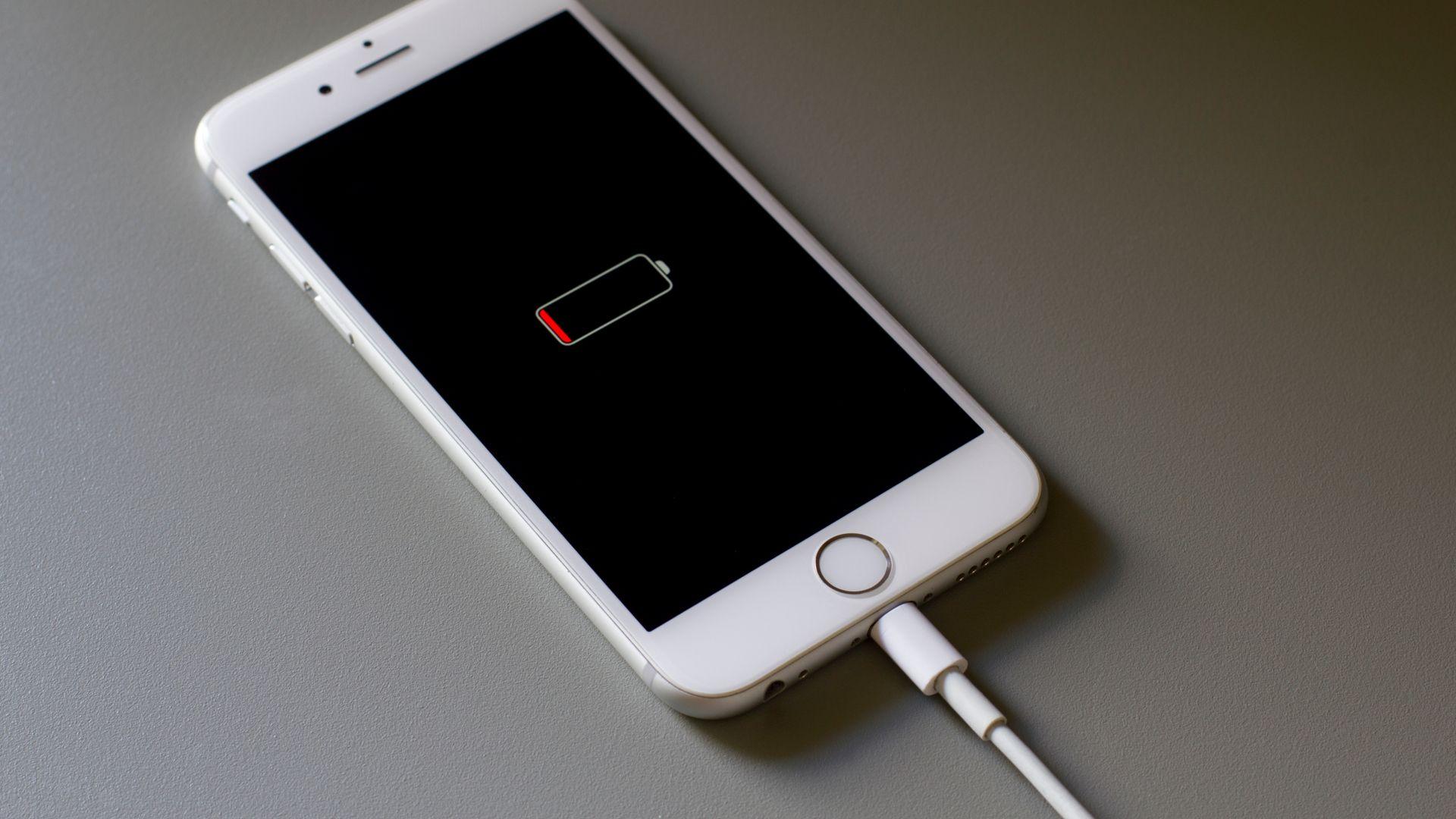 Bateria é um dos pontos fracos do iPhone 6S. (Imagem: Tada Images/Shutterstock)