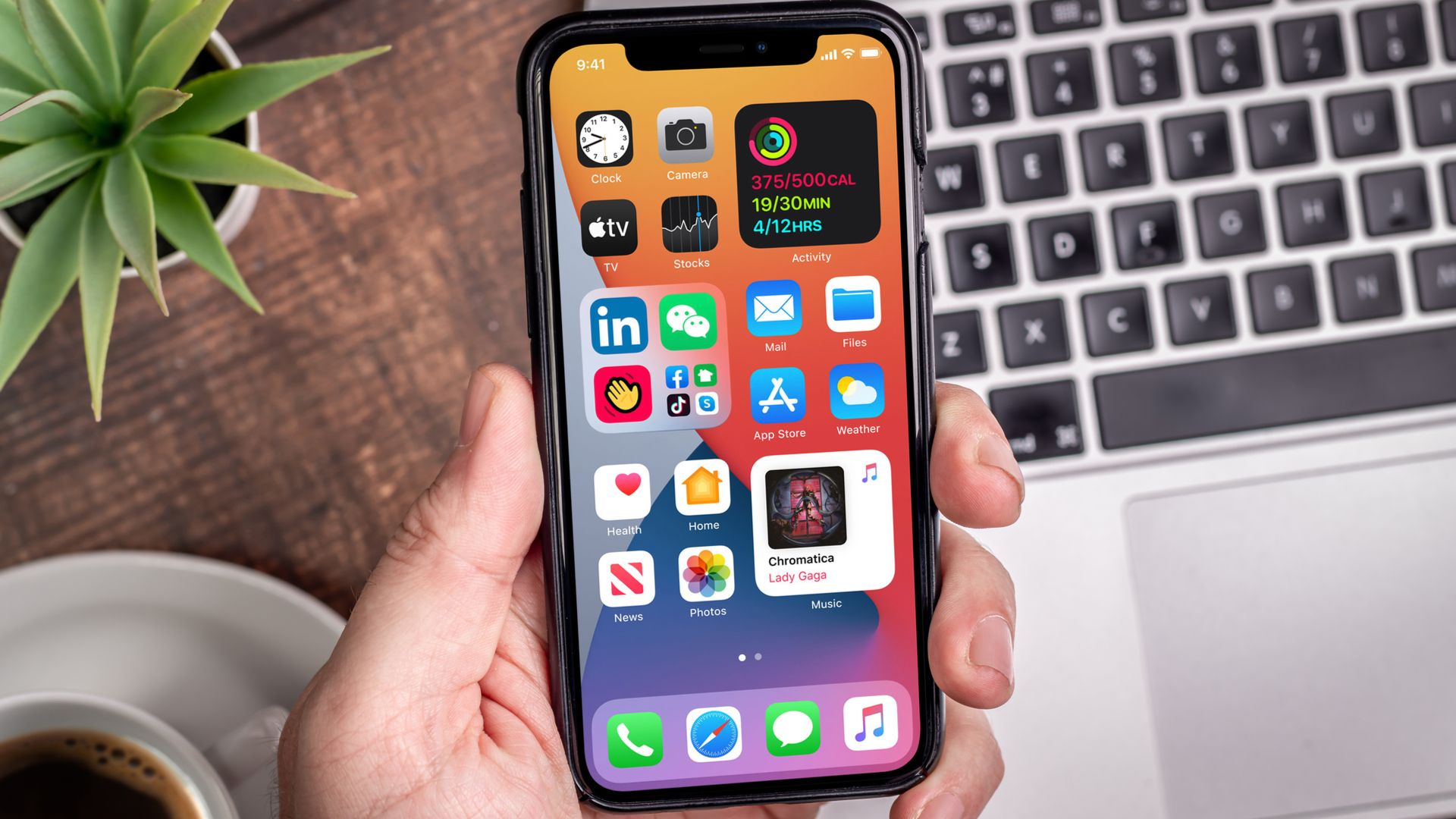iOS 14 tem widgets na Tela Inicial. (Imagem: Yalcin Sonat/Shutterstock)