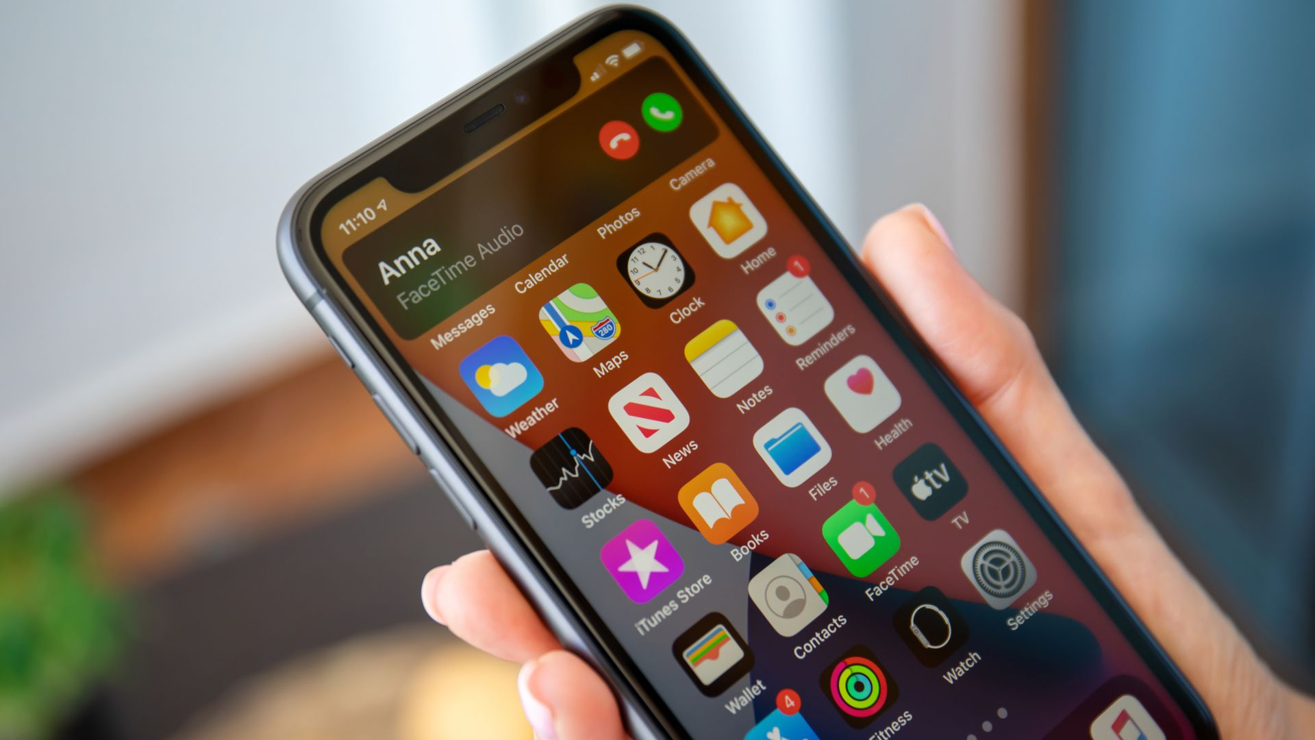 Apps na tela do iPhone 11. (Imagem: DenPhotos/Shutterstock)