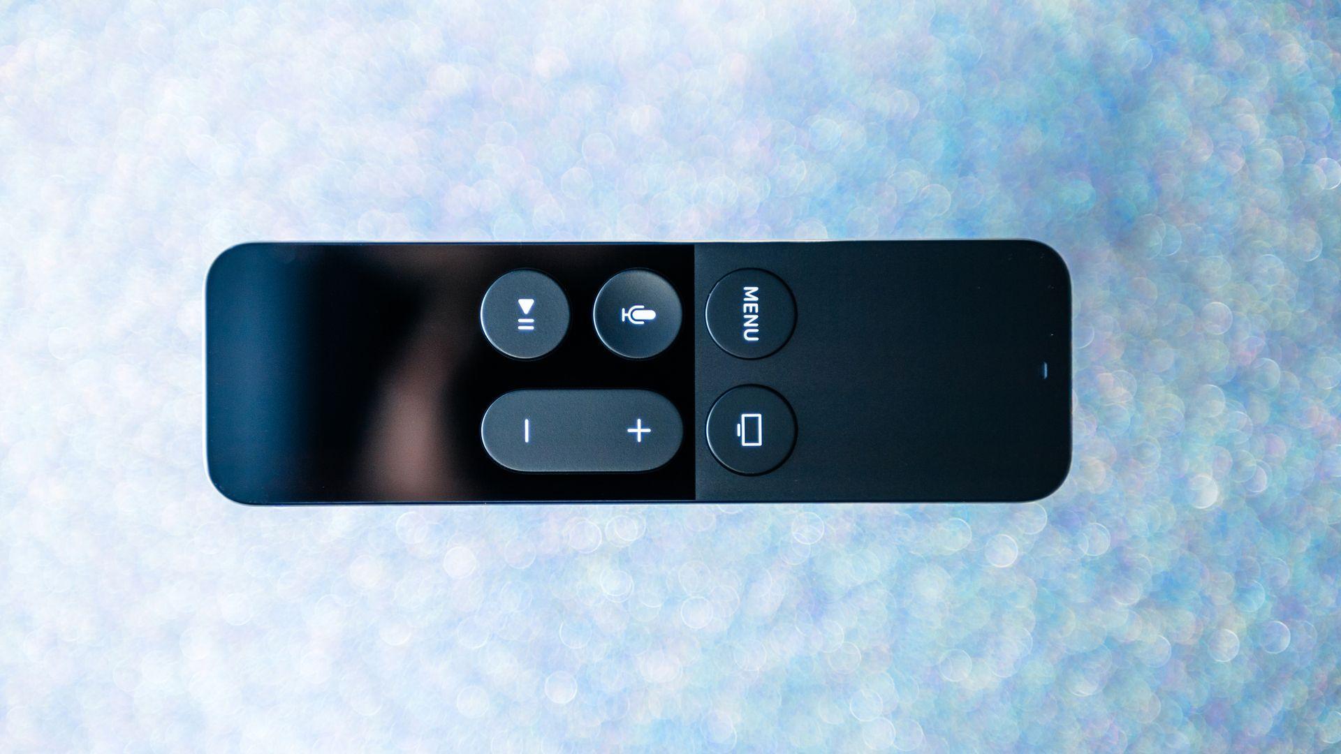 Siri Remote, o controle da Apple TV 4K, tem parte frontal em vidro e textura diferenciada.(Imagem: Hadrian/Shutterstock)