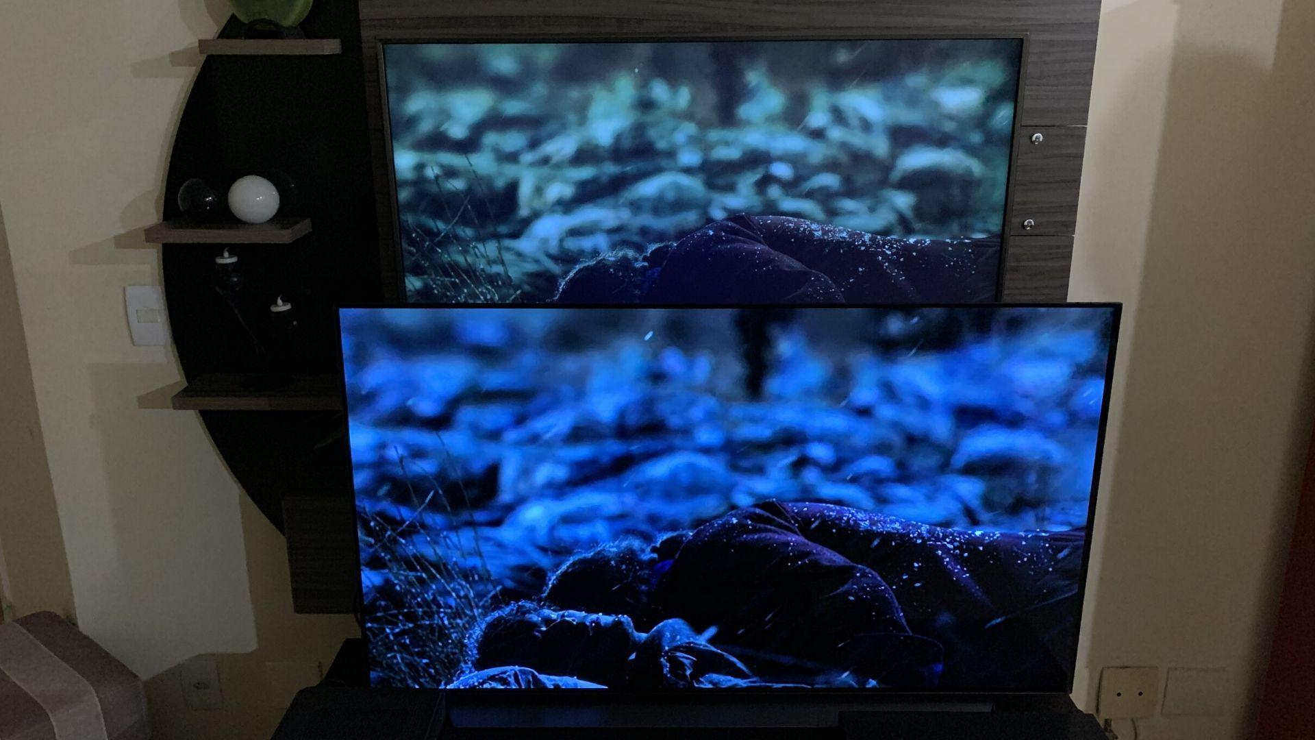 """Tela OLED surpreende ao reproduzir mais detalhes, pretos mais """"profundos"""" e cores mais realistas, quando comparada à uma 4K convencional. Neste caso, utilizamos a C9 e a LG UJ6565 para comparação. (Imagem: Yulli Dias/Zoom)"""