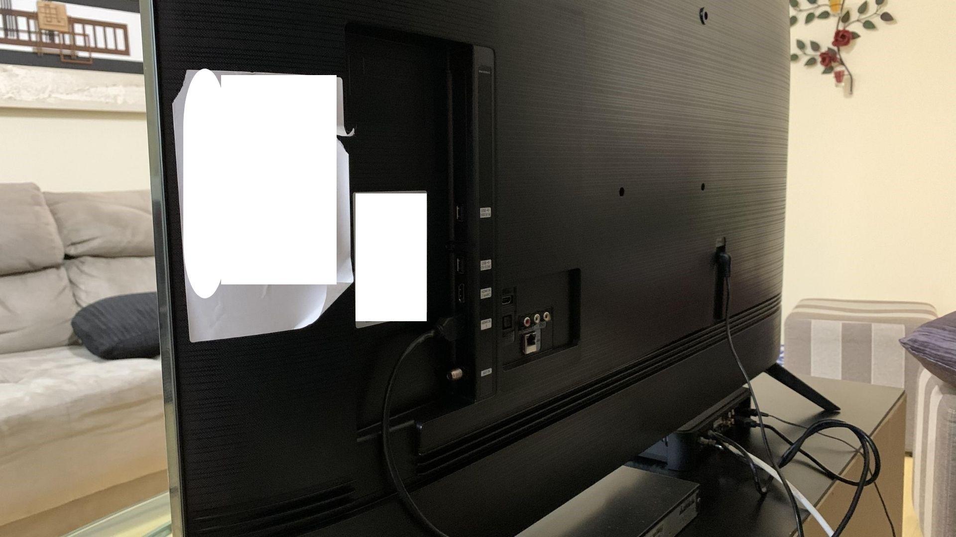 Visual livre de cabos pode ser visto tanto na Samsung TU8000 quanto na Samsung RU7100. (Imagem: Yulli Dias/Zoom)
