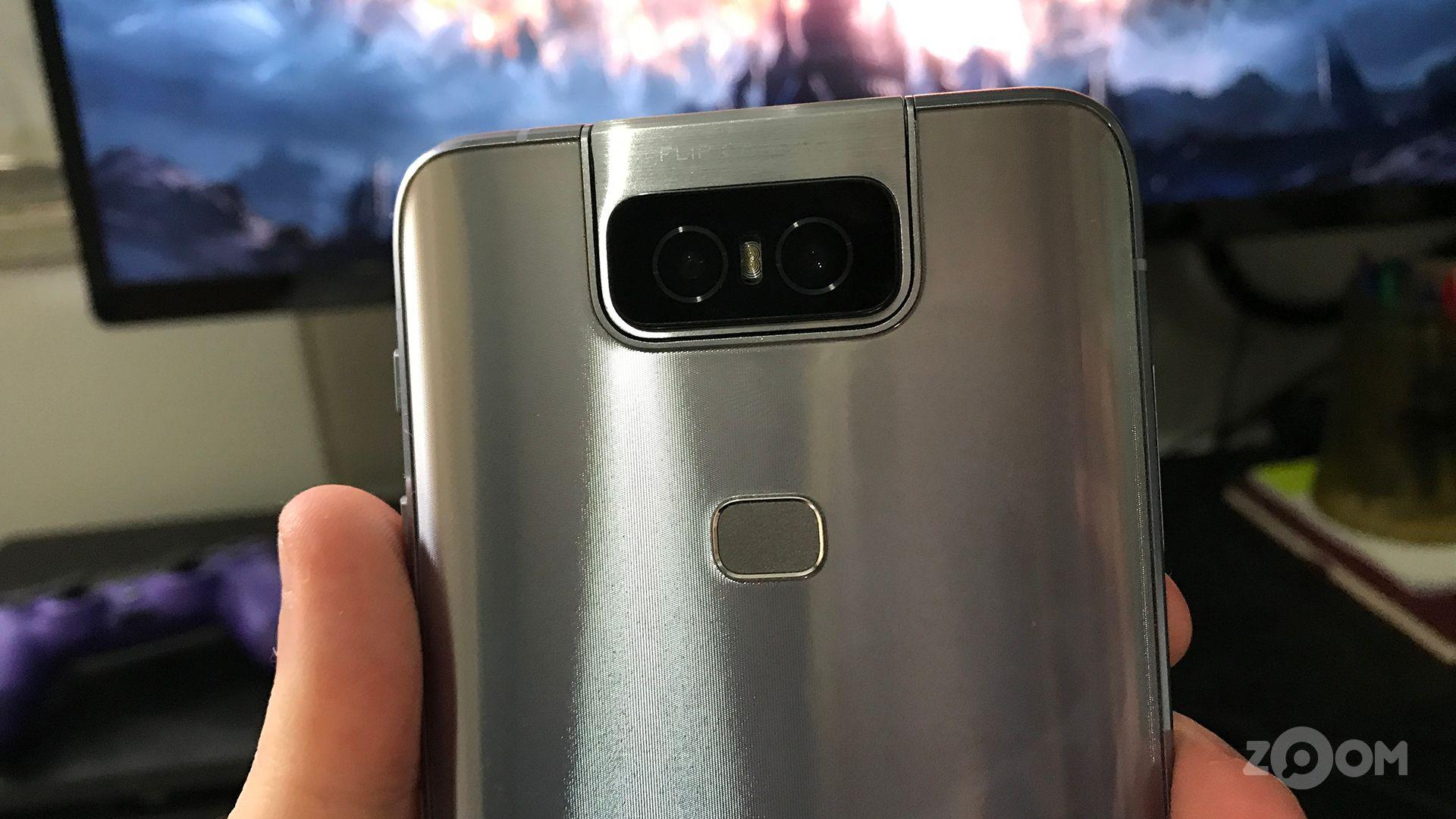 O Zenfone 6 tem duas câmeras, uma angular e outra ultra-grande angular. (Foto: Murilo Tunholi/Zoom)
