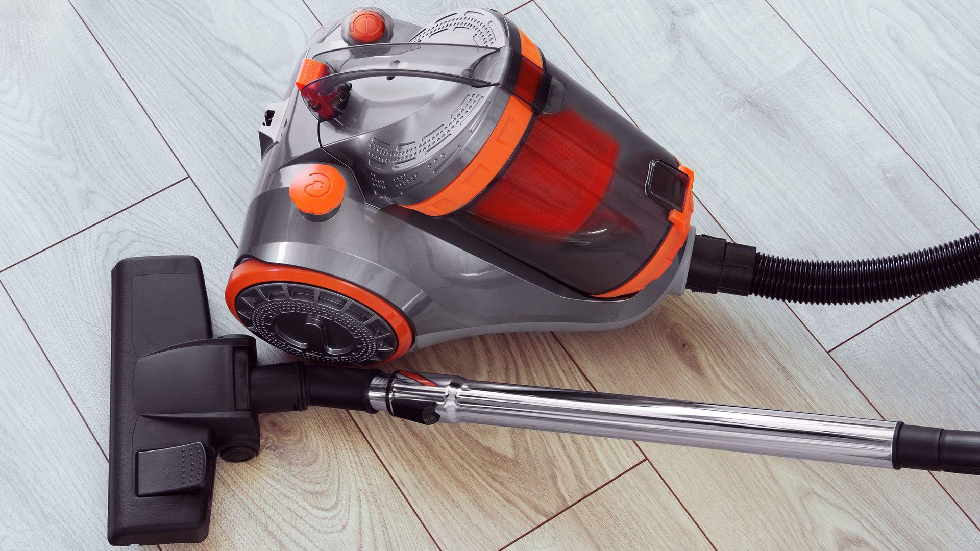 Aspiradores de pó 1.800W são modelos mais robustos e que acabam ocupando mais espaço. (Imagem: Reprodução/Shutterstock)
