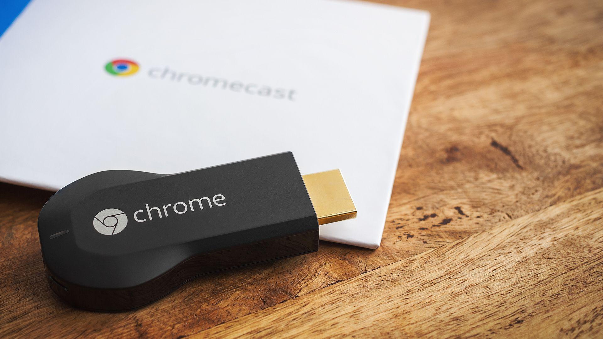 O Chromecast 1 não é mais produzido pela Google e conta com menos conexões (Imagem: Shutterstock/Robert Fruehauf).