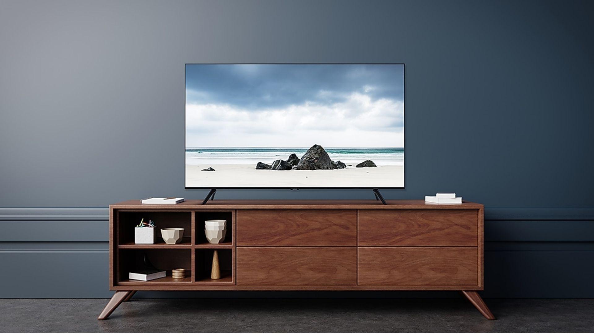 """TV Samsung TU8000 chega com comando de voz, Modo Ambiente e """"tela infinita"""". (Imagem: Divulgação/Samsung)"""