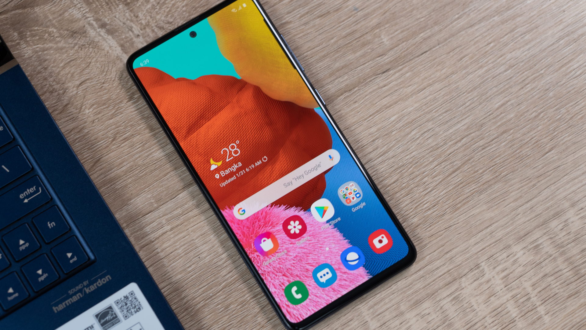 Um dos celulares mais vendidos no Zoom, o Galaxy A51 está na lista dos aparelhos que receberão atualizações. (Shutterstock/Lukmanazis)