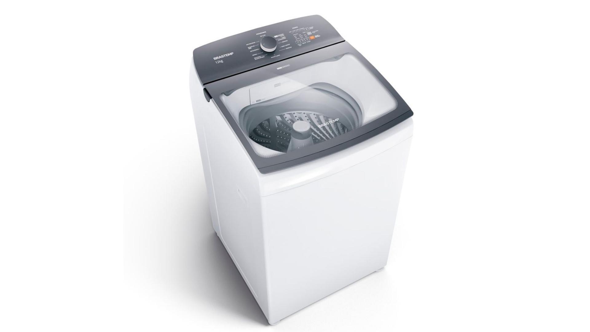 A lavadora de roupas Brastemp BWK12AB 12kg é branca com painel cinza, um design neutro que combina com qualquer ambiente. (Imagem: Reprodução/Brastemp)