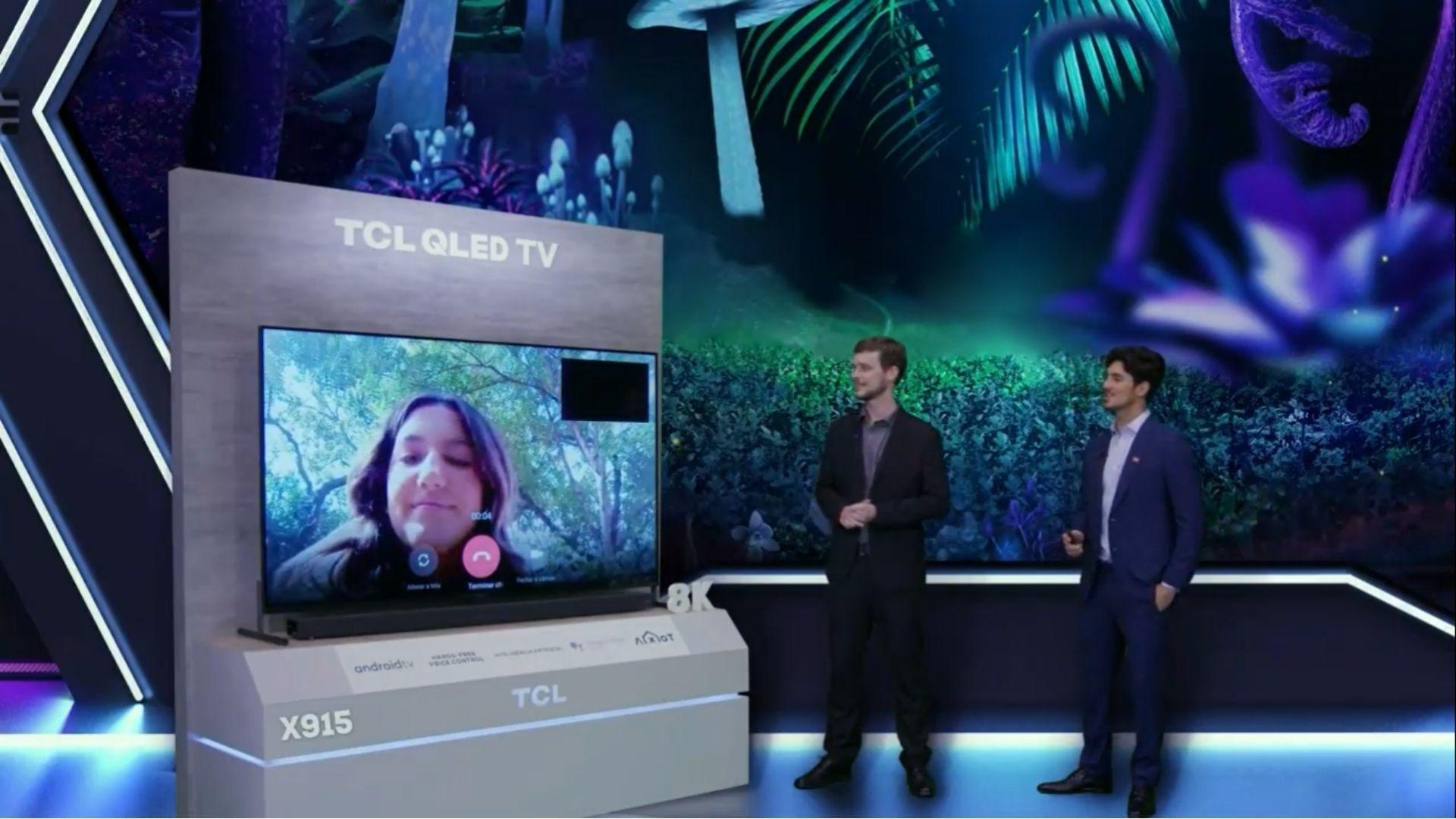 TV TCL X915 vem com câmera embutida e retrátil para fazer vídeos chamadas através do próprio aparelho. (Imagem: Reprodução/TCL)