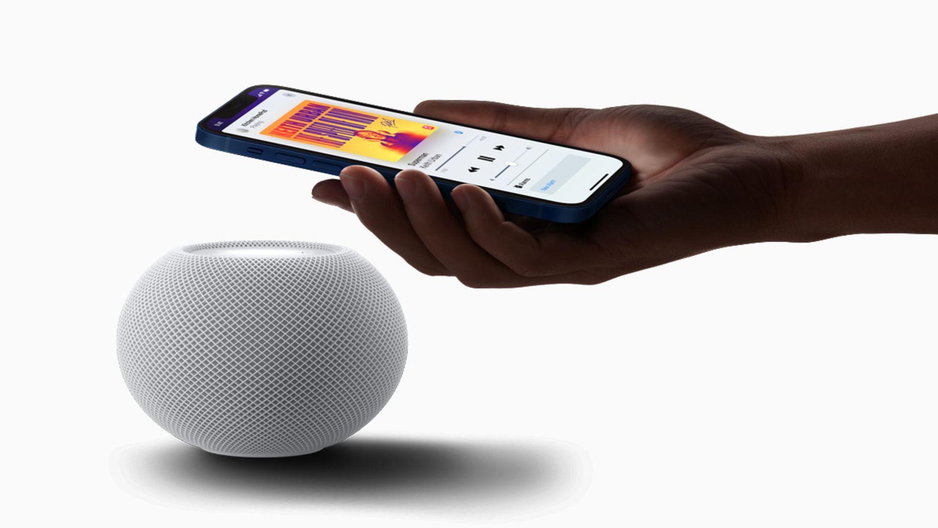 Ao aproximar o celular da caixa de som, a música pode ser reproduzida no gadget instantaneamente.(Imagem: Reprodução/Apple)