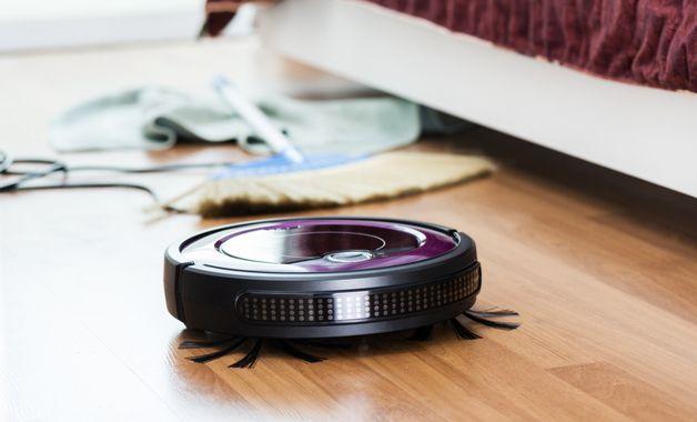 Os aspiradores de pó robôs são bons aliados na hora da limpeza com praticidade. (Imagem:Reprodução/Shutterstock)