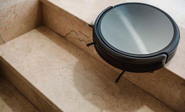 O aspirador robô tem sensores contra queda, que reconhecem as superfícies, como escadas. (Imagem:Reprodução/Shutterstock)