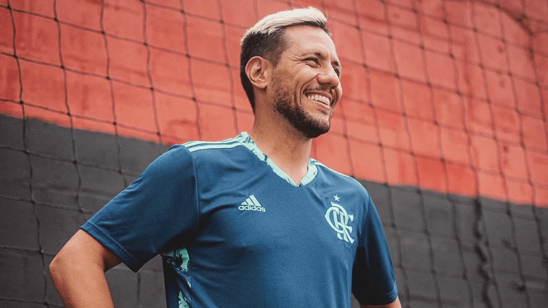 A camisa de goleiro do Flamengo aparece em diferentes tons de azuis e tecido antissuor (Imagem: Divulgação/Flamengo)