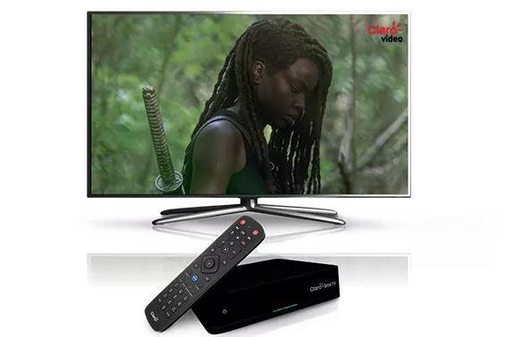 A Claro Box TV pode reproduzir conteúdos em 4K e conta com comando de voz diretamente no controle remoto (Imagem: Divulgação/Claro).
