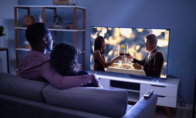 A distância da TV para o sofá precisa ser pensada, para não tornar-se prejudicial à vista. (Imagem: Reprodução/Shutterstock)