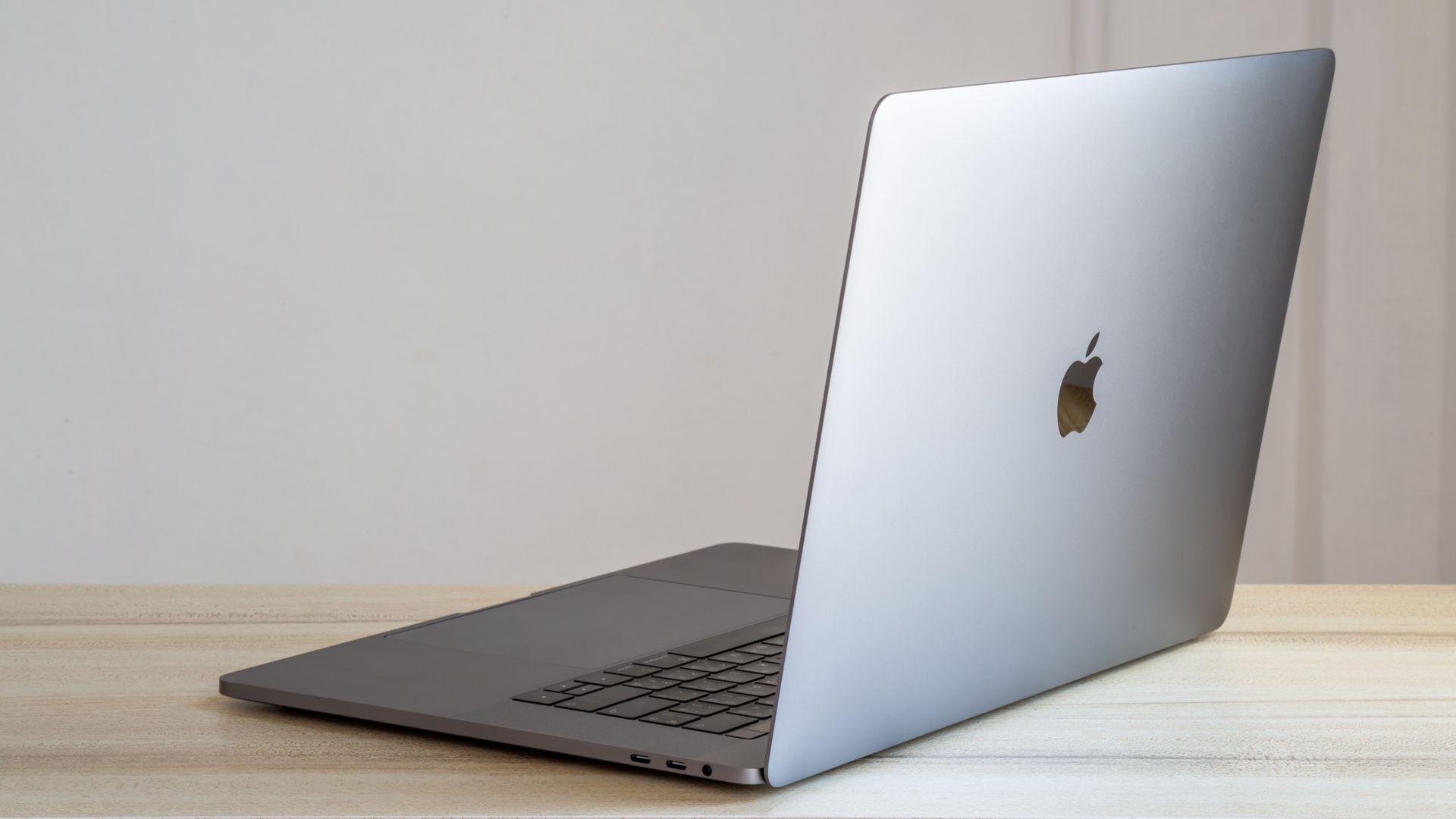 Investir em um MacBook pode ser uma boa opção nessa época do ano. (Foto: Extarz/Shutterstock)