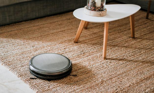 O aspirador robô consegue trabalhar em tapetes e carpetes. (Imagem:Reprodução/Shutterstock)