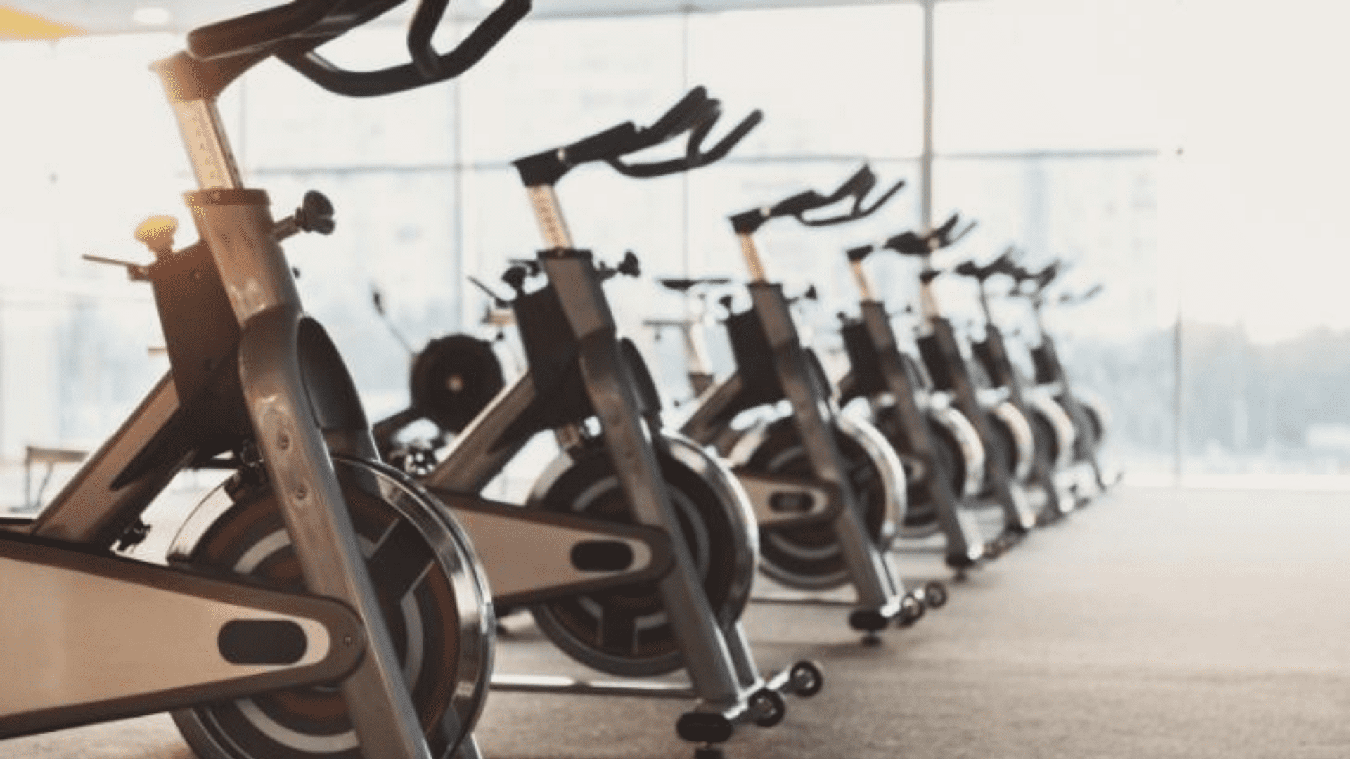 Veja a nossa seleção com as melhores bicicletas ergométricas para comprar em 2020! (Imagem: Reprodução/Shutterstock)