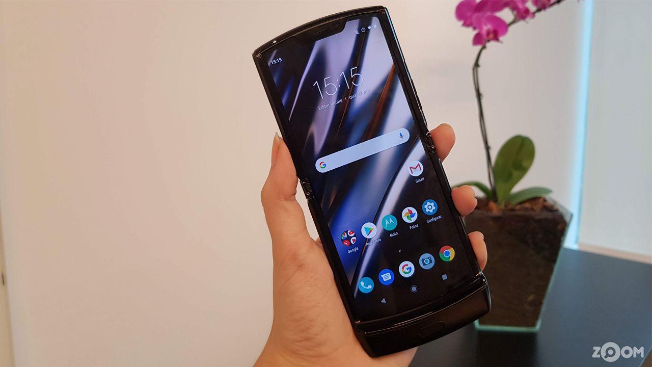O Razr 2019 usa o Android 9, já com atualização pendente para a versão 10 (Foto: Ana Marques/Zoom)