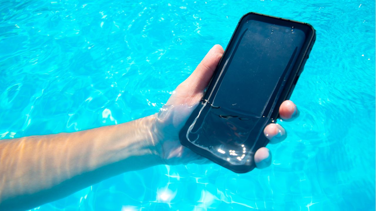 Exemplo de capa para celular superprotetora à prova d'água (Foto: Shutterstock)