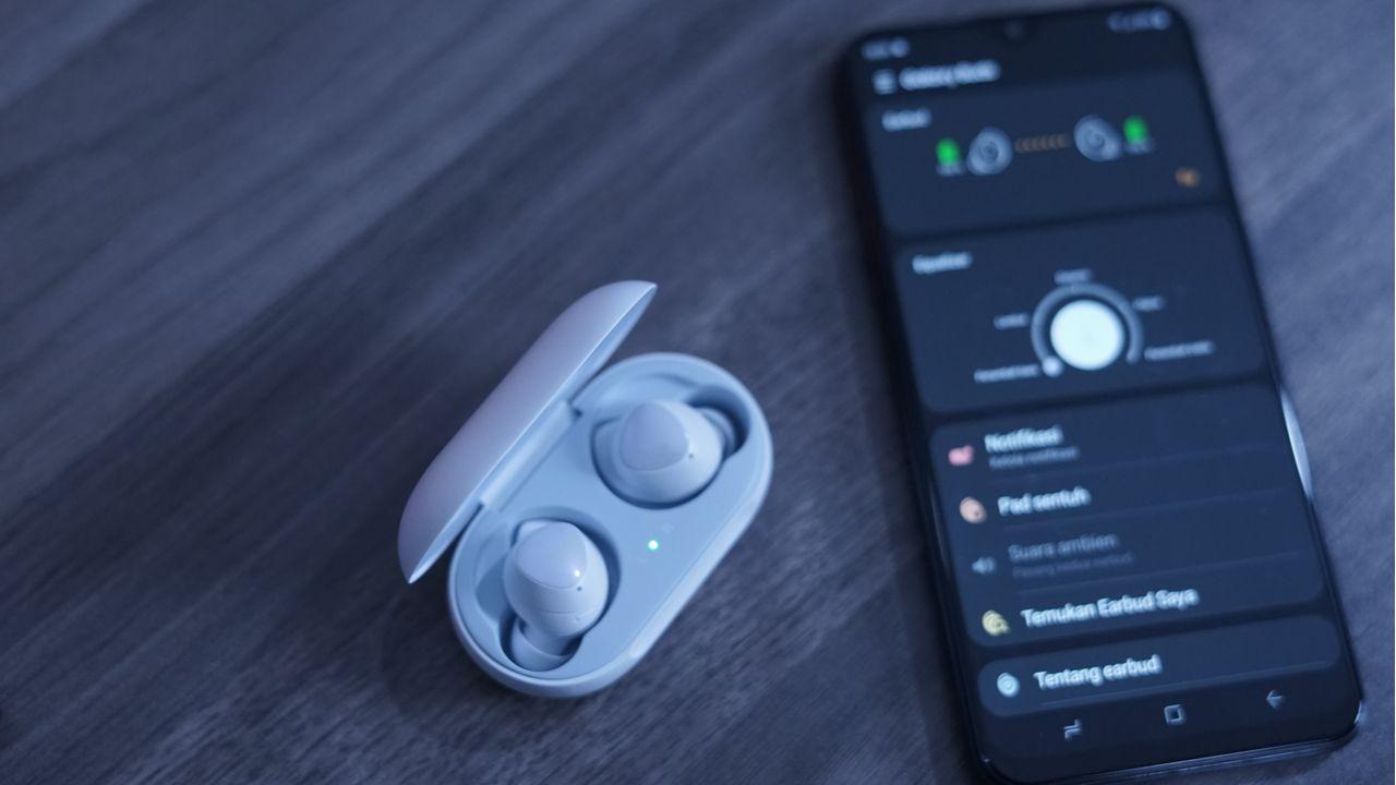Os Galaxy Buds são excelentes fones TWS que podem entrar em promoção na Black Friday. (Foto: Shutterstock)