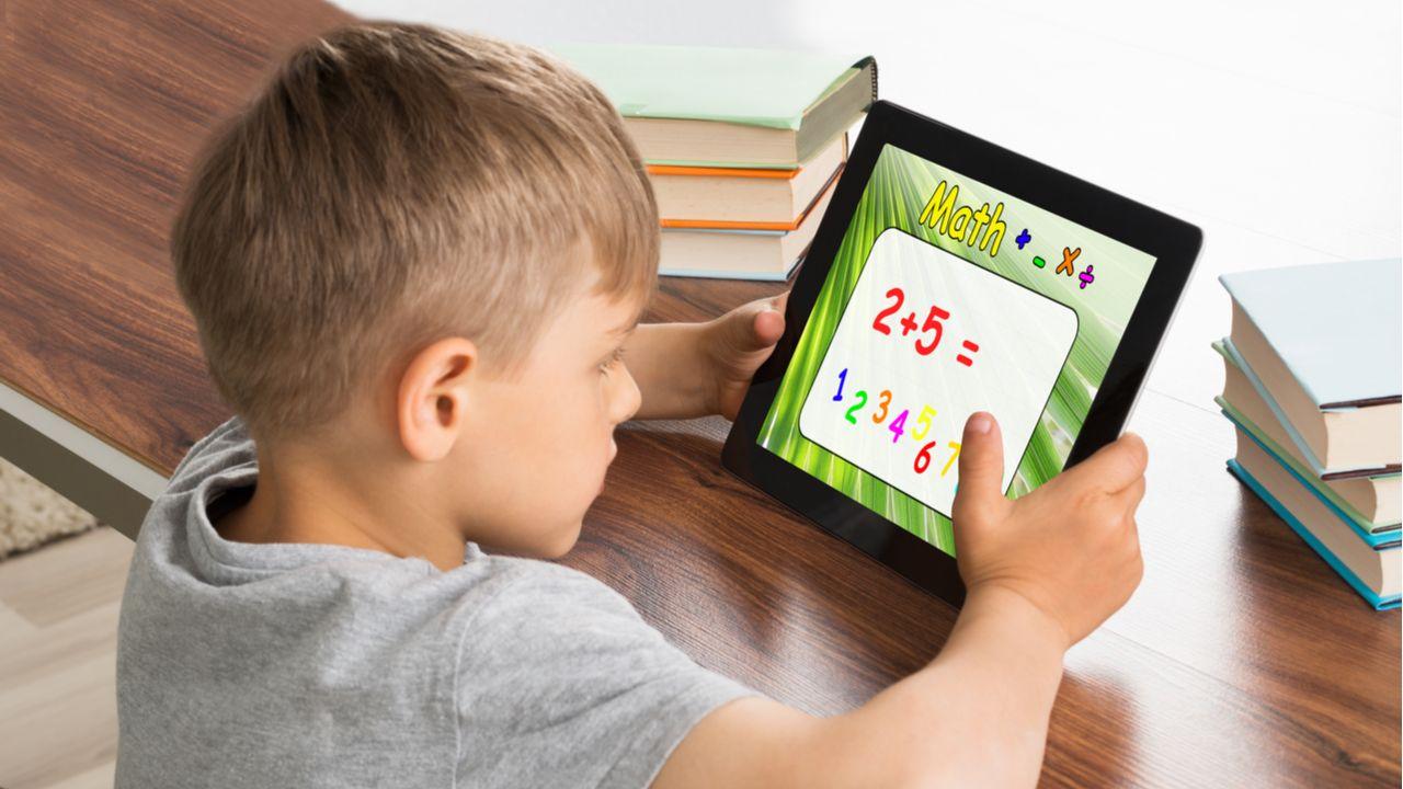 Os tablets infantis vêm com jogos e atividades pedagógicas instalados de fábrica. (Foto: Shutterstock)