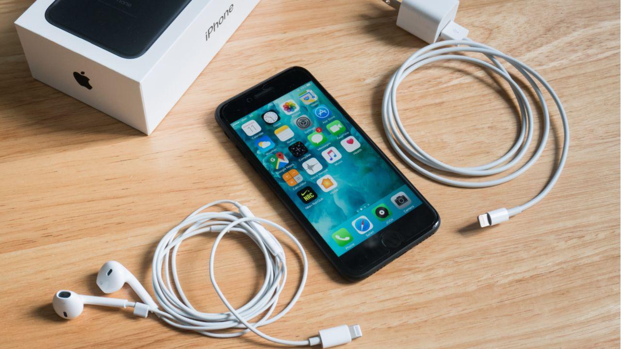 O fone de ouvido e o adaptador para tomada não estarão mais incluídos na caixa do iPhone (Foto: Shutterstock)