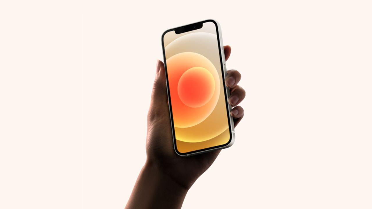 O iPhone 12 possui tela com tecnologia OLED. (Foto: divulgação/Apple)