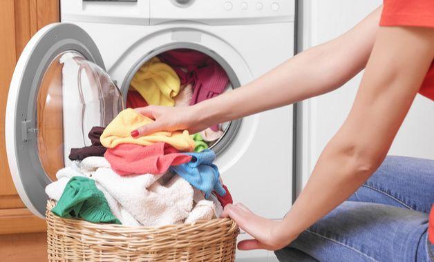 Em seguida, é preciso inserir as roupas na máquina de lavar. (Imagem:Reprodução/Shutterstock)