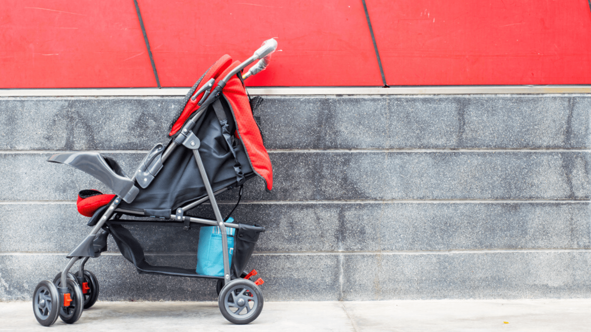 O carrinho de bebê reclinável não deve reclinar totalmente (Imagem: Reprodução/Shutterstock)