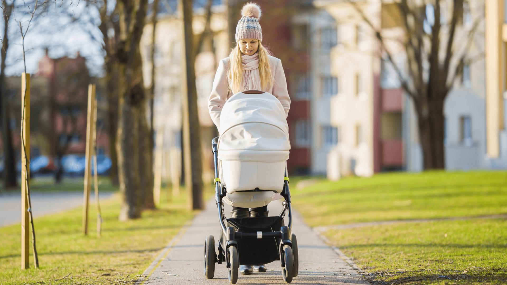 O carrinho de bebê com Travel System traz alguns diferenciais e benefícios para os pais (Imagem: Reprodução/Shutterstock)