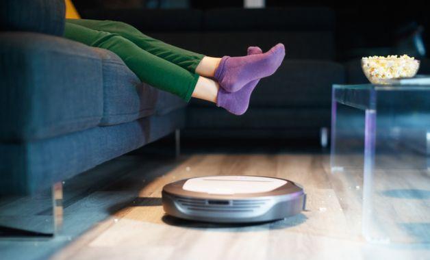 Os aspiradores de pó robôs fazem a limpeza de maneira automática. (Imagem:Reprodução/Shutterstock)