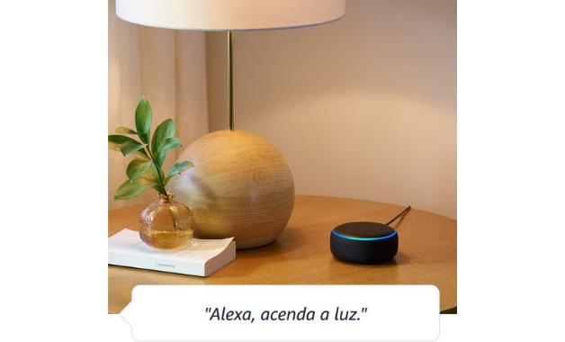 Exemplo de uso do Echo Dot 3, da Amazon. Para apagar as luzes, é preciso, também, uma lâmpada inteligente. (Imagem:Divulgação/Amazon)