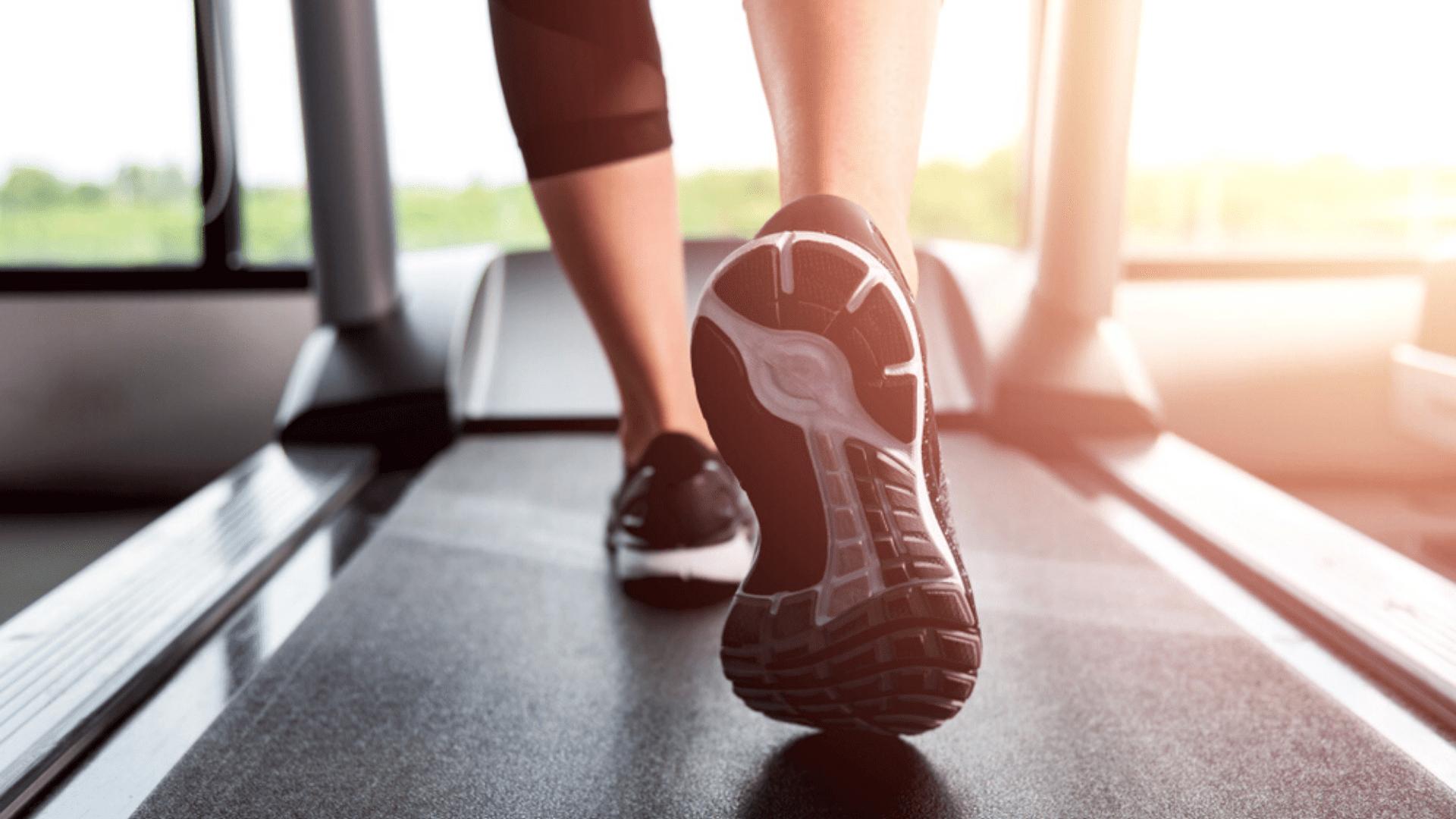 Para correr na esteira, o ideal é focar em amortecimento e estabilidade (Imagem: Reprodução/Shutterstock)