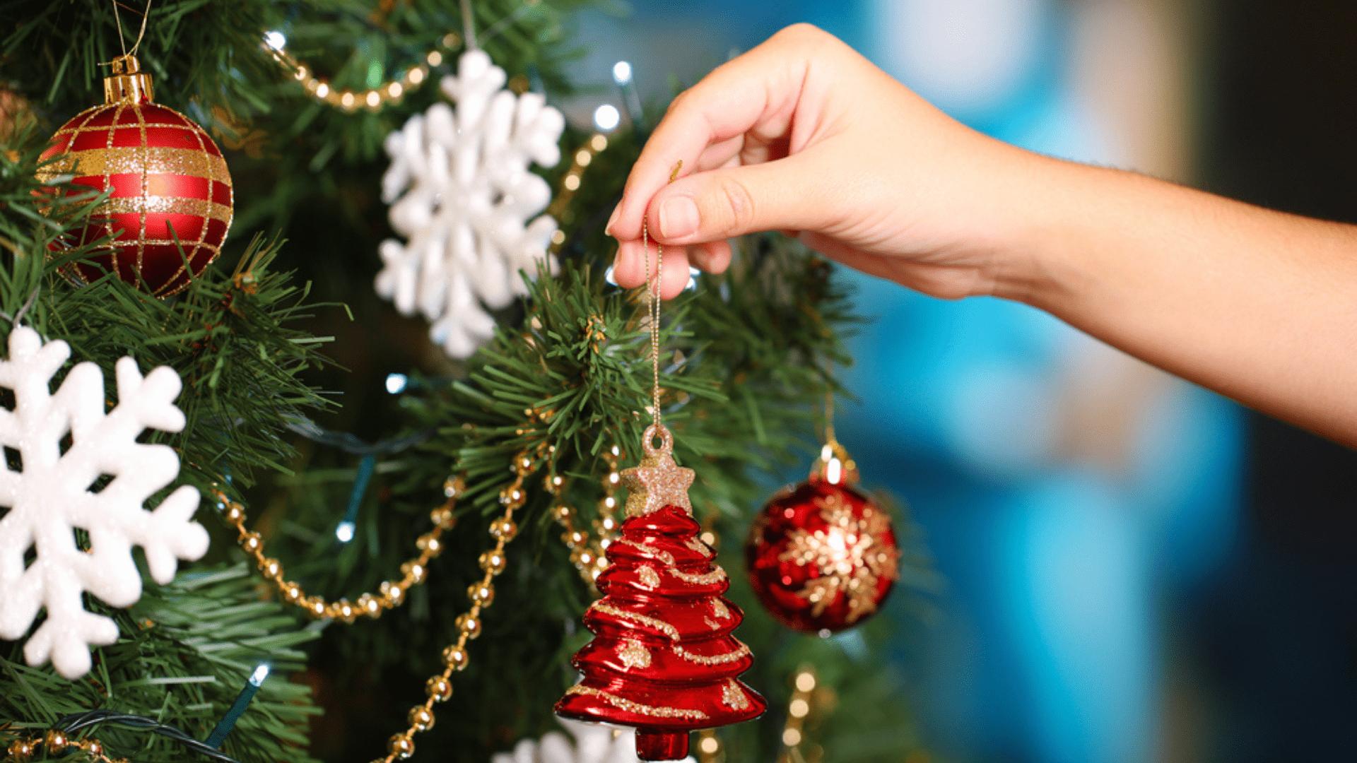 Confira o nosso passo a passo para montar uma árvore de Natal simples (Imagem: Reprodução/Shutterstock)