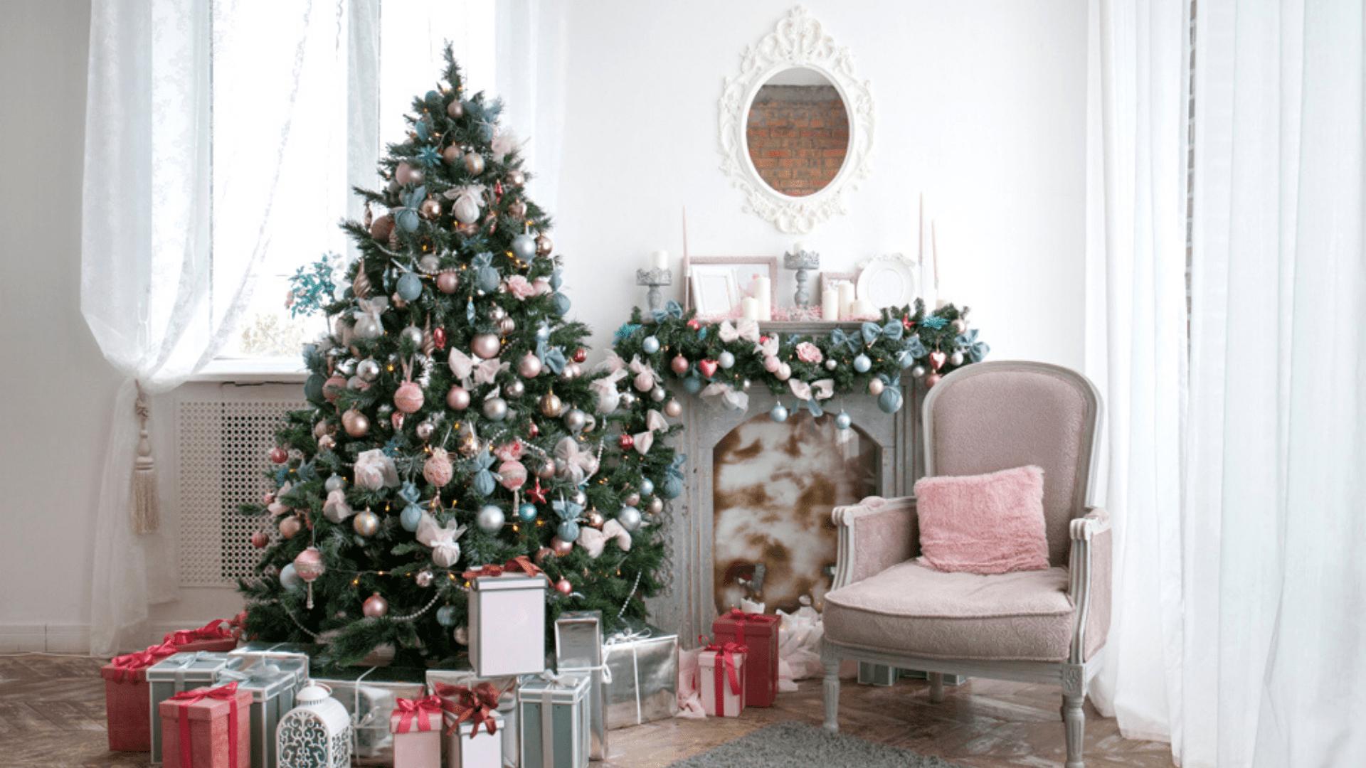 Árvore de Natal azul e rosa (Imagem: Reprodução/Shutterstock)