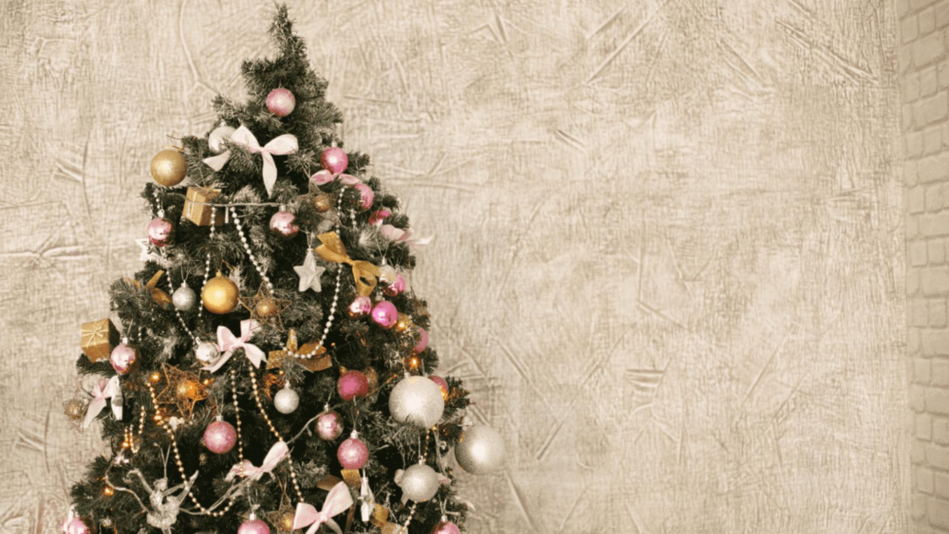 Árvore de Natal dourada e rosa (Imagem: Reprodução/Shutterstock)
