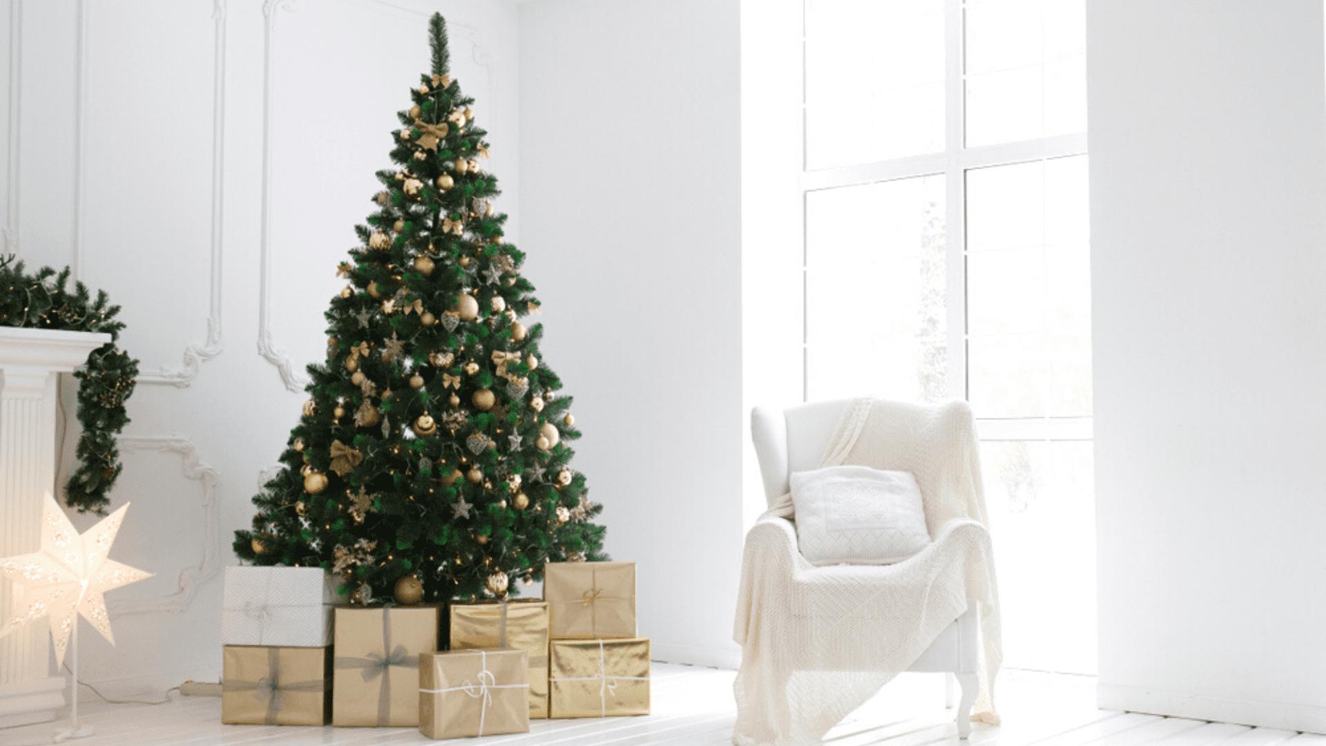 Árvore de Natal dourada (Imagem: Reprodução/Shutterstock)
