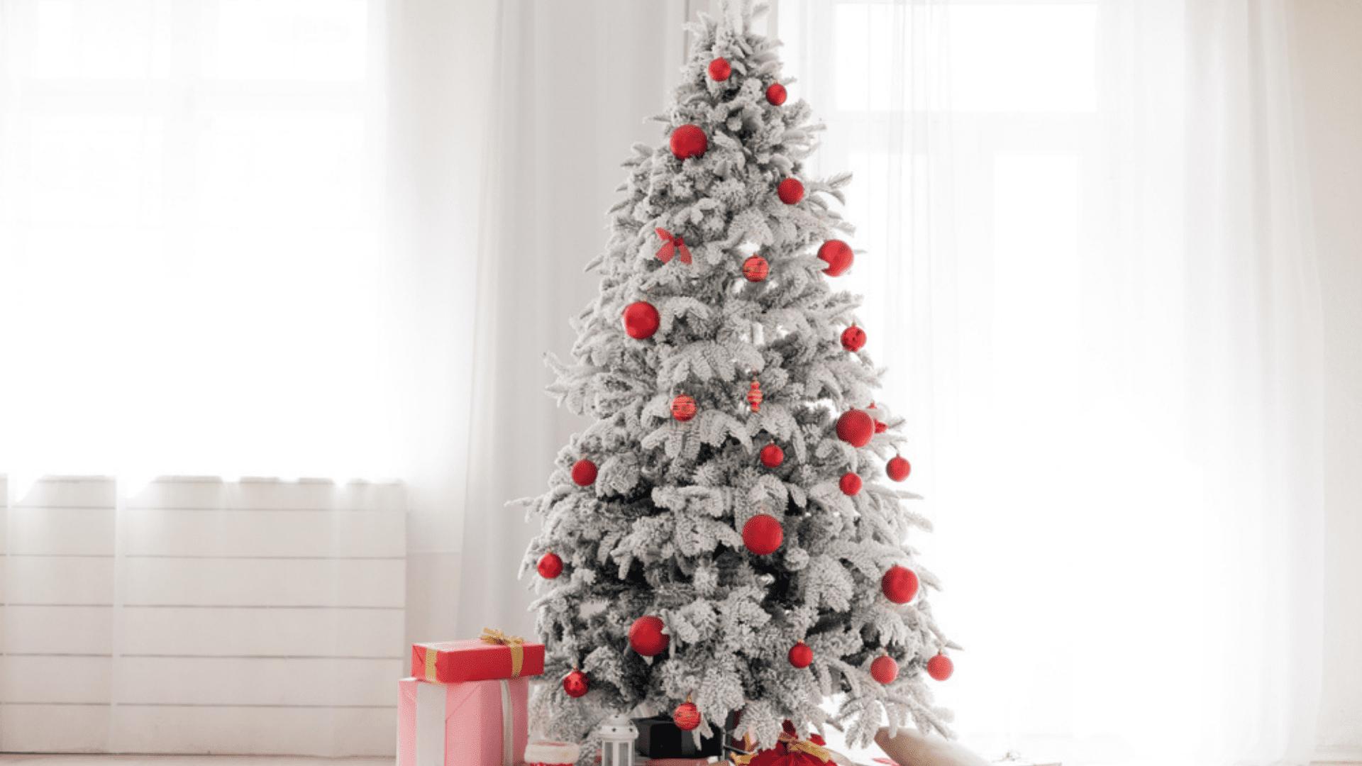Árvore de Natal branca e vermelha (Imagem: Reprodução/Shutterstock)