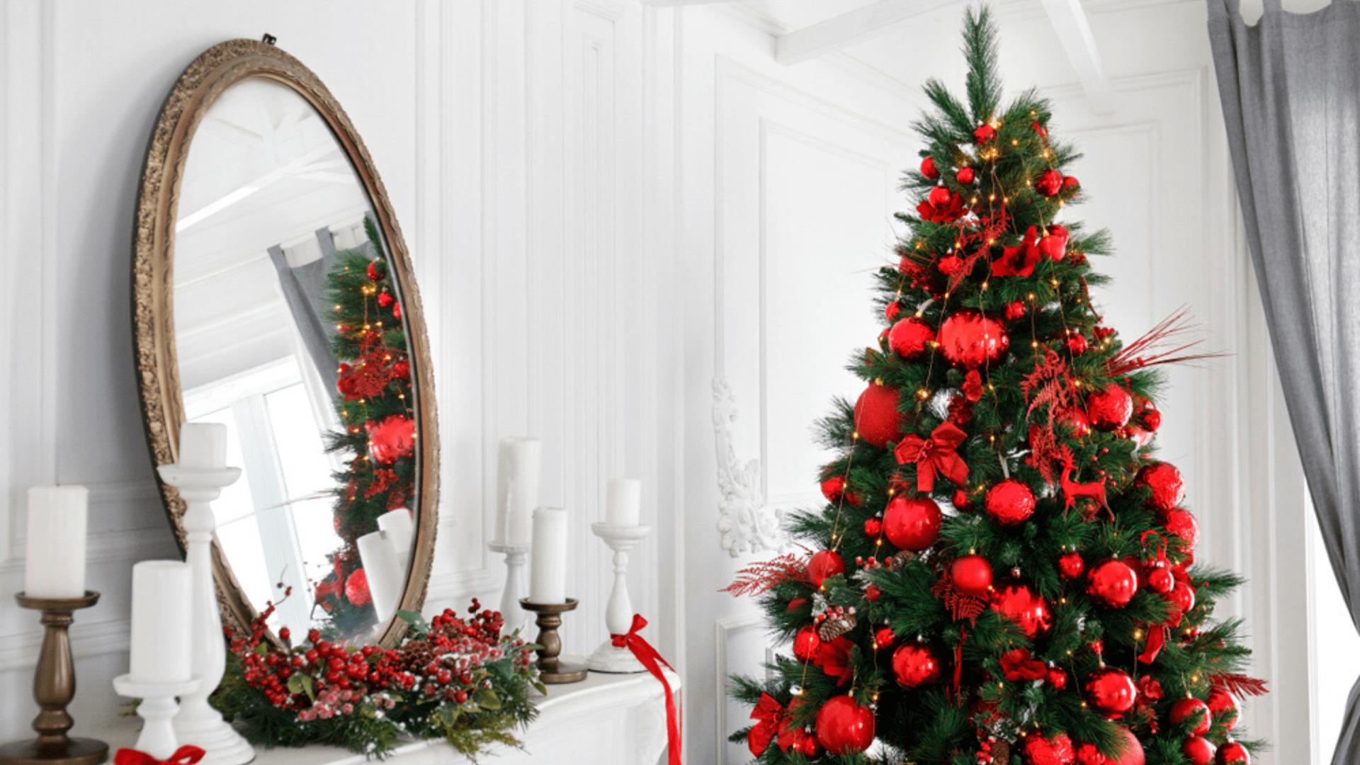 Árvore de Natal vermelha (Imagem: Reprodução/Shutterstock)