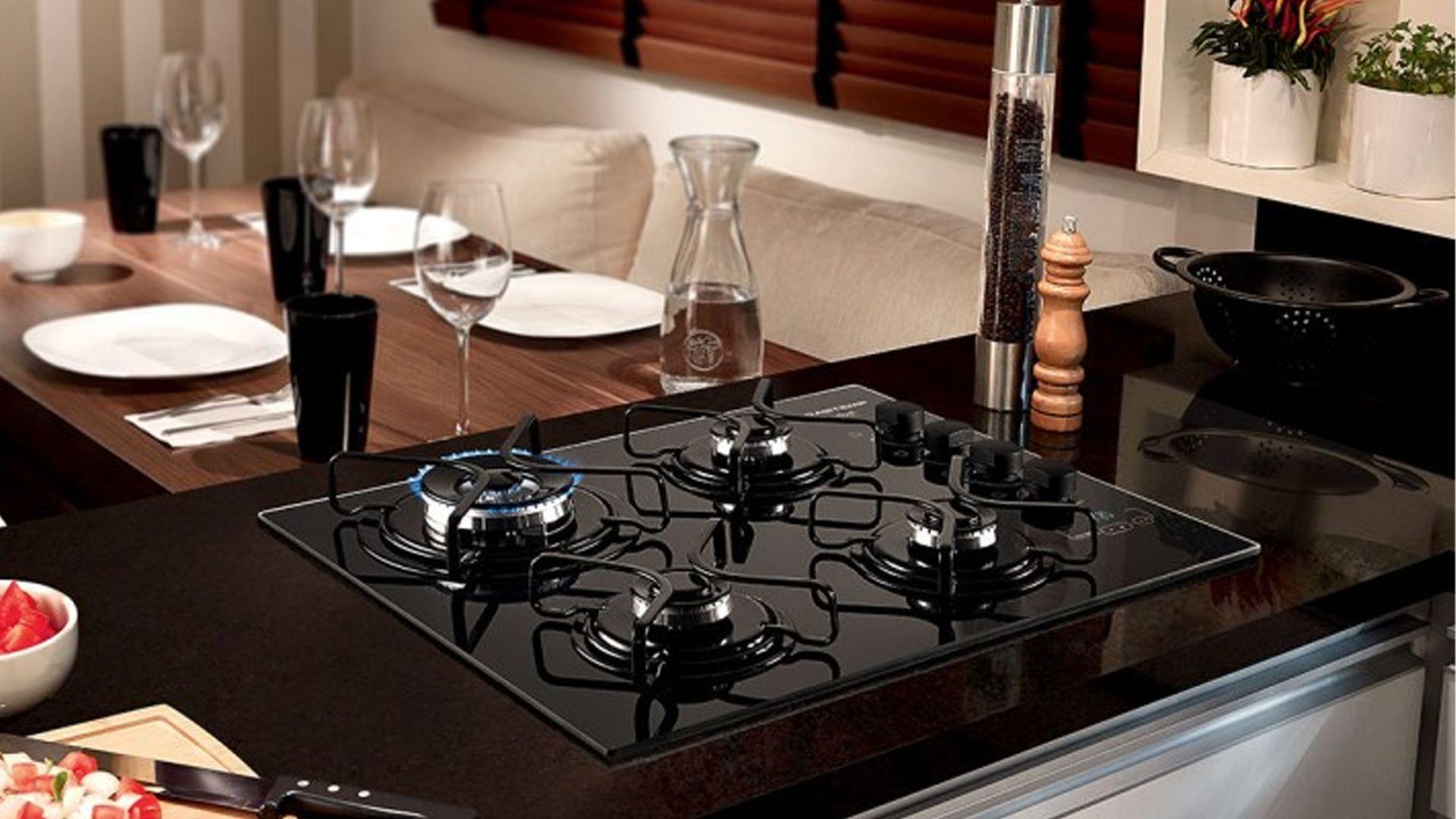 O cooktop Brastemp Ative, indicado aqui, também está disponível com 4 bocas. (Imagem: Divulgação/Brastemp)