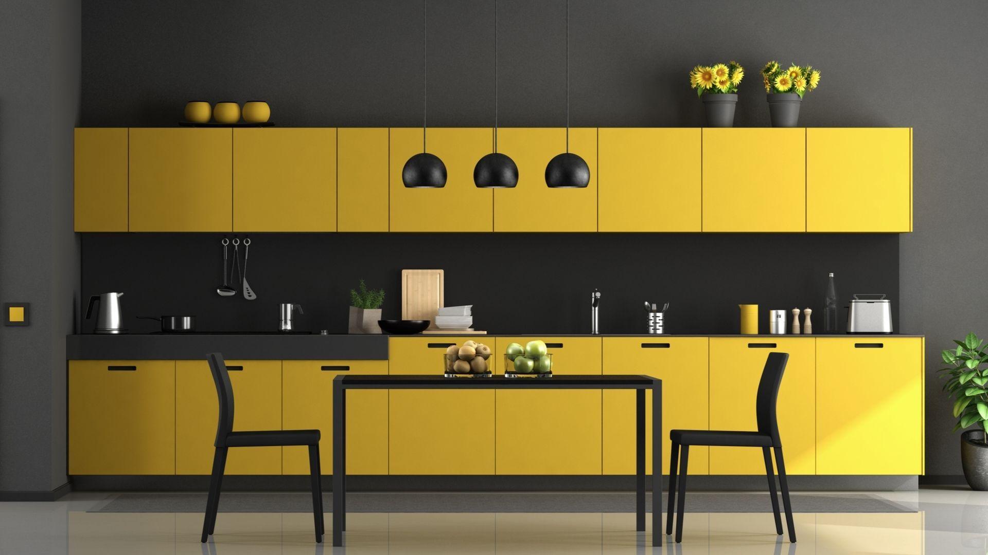 O amarelo oferece um contraste marcante a cozinha que possui, também, a cor preta. (Imagem: Divulgação/Shutterstock)