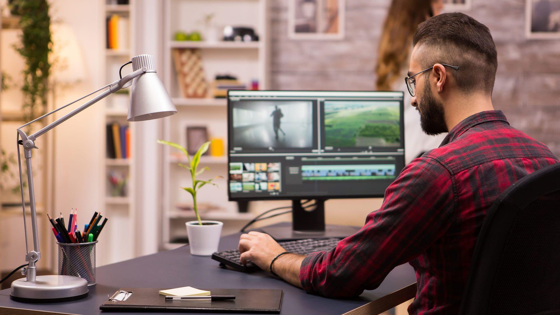 Para trabalhar com design ou edição de vídeo, é recomendado usar um monitor dedicado. (Foto: Shutterstock/DC Studio)