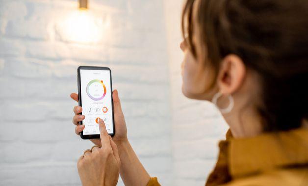 Controle de lâmpada smart pelo aplicativo para celular. (Imagem:Reprodução/Shutterstock)