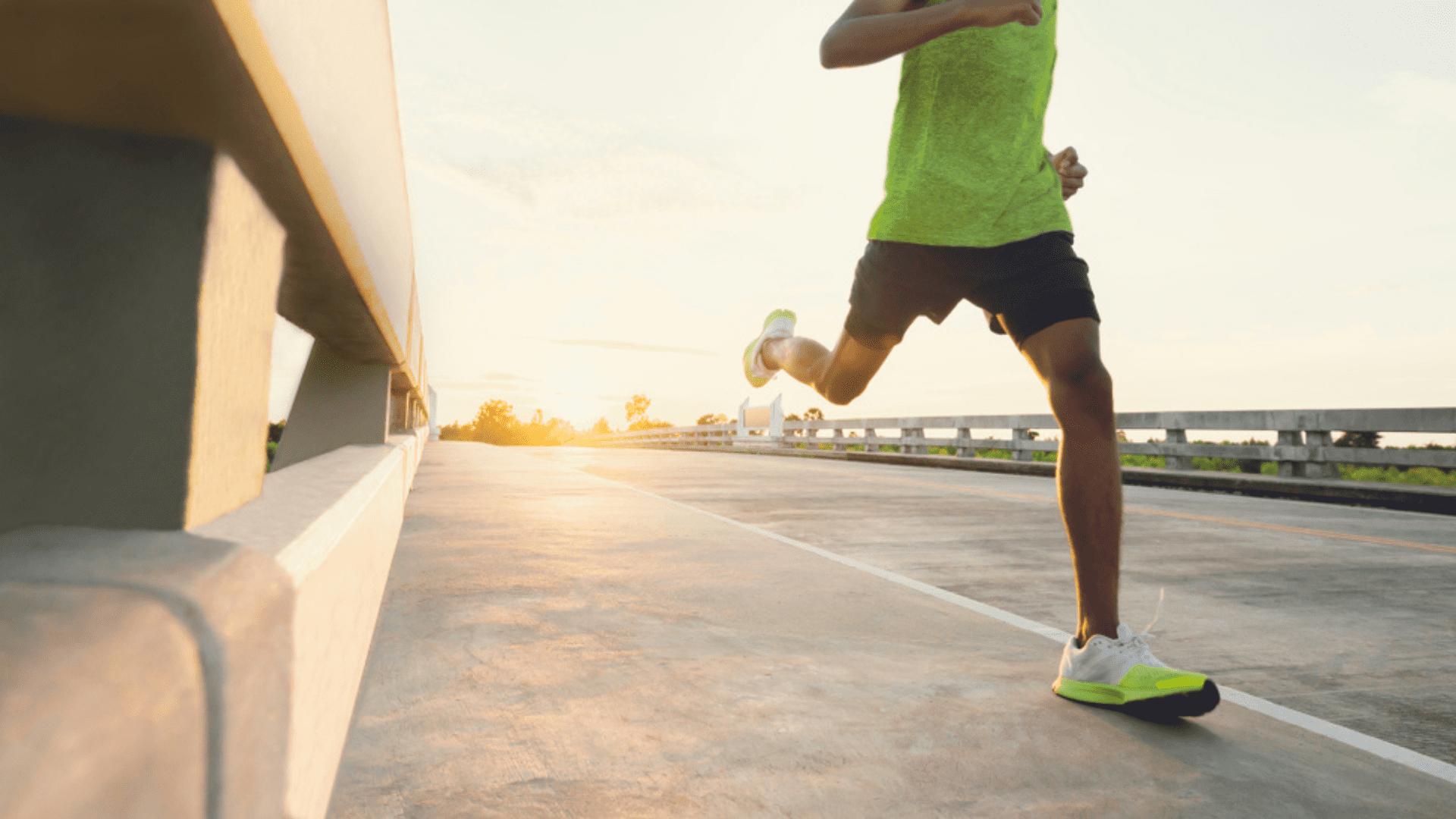 Veja a nossa seleção dos melhores tênis para corrida masculinos de 2021! (Imagem: Reprodução/Shutterstock)