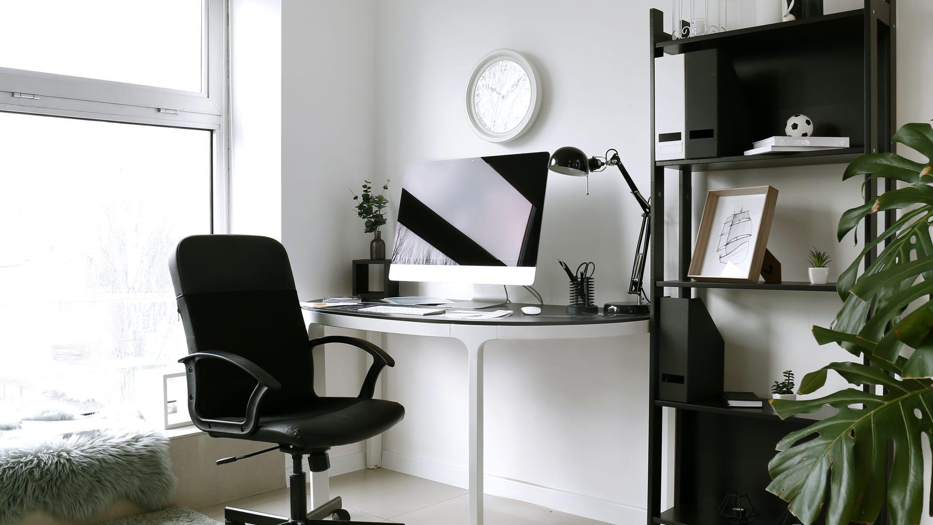 Uma boa mesa e cadeira são essenciais no home office. (Foto: Shutterstock/Aquarius Studio)